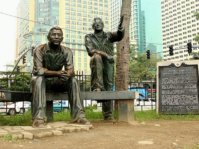 A statue of Ninoy Aquino and Evelio Javier in Manila. Photo: mimiyak128