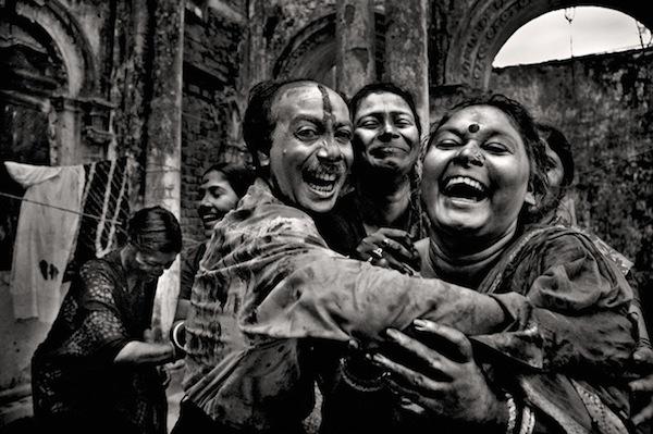 A joint family celebrating holi, Shakhari bazar, 2006. MUNEM WASIF